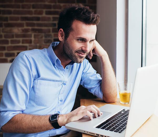Un hombre trabajando en un portátil